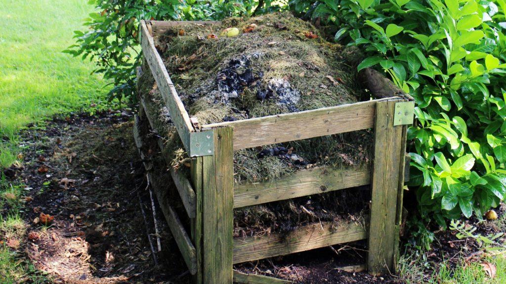 La giusta misura tra umido e secco sarà quello che determinerà la buona maturazione del compost nei prossimi mesi.